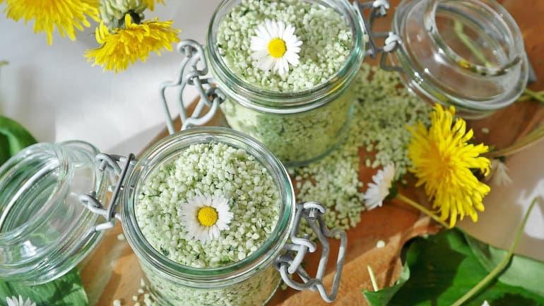 Badesalz in Glasbehältern mit Blumen dekoriert