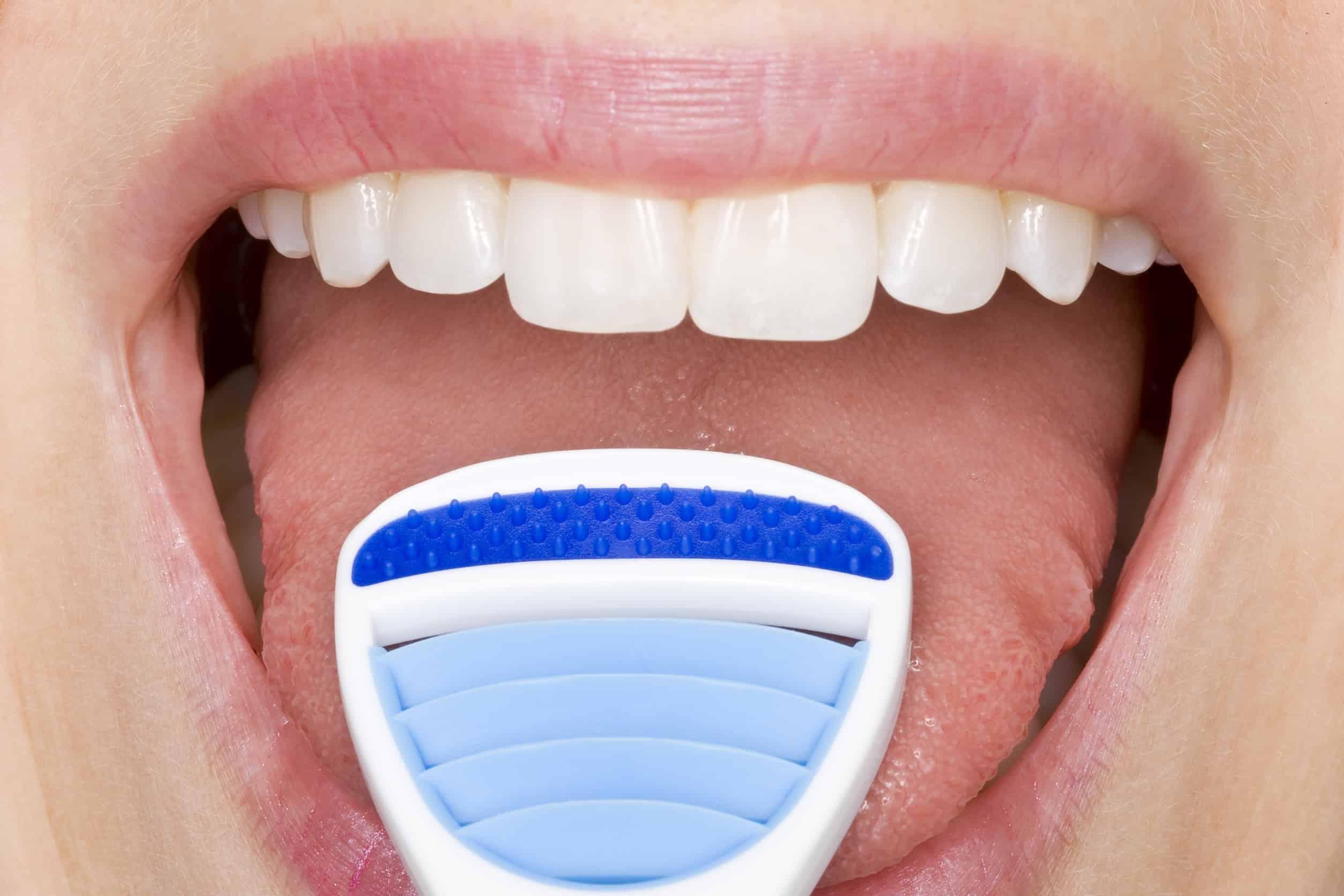 Zungenreiniger auf Zunge