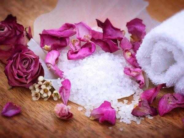 Rosenblätter, Salz und Handtuch - Stilleben