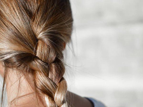 Haaröl spendet dem Haar Feuchtigkeit und lässt es glänzend und geschmeidig aussehen.
