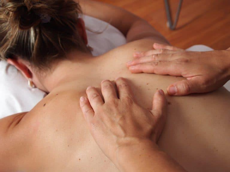 Frau wird am Rücken massiert
