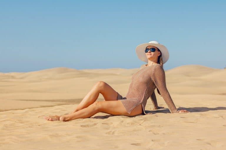 Frau sonnt sich in der Wüste