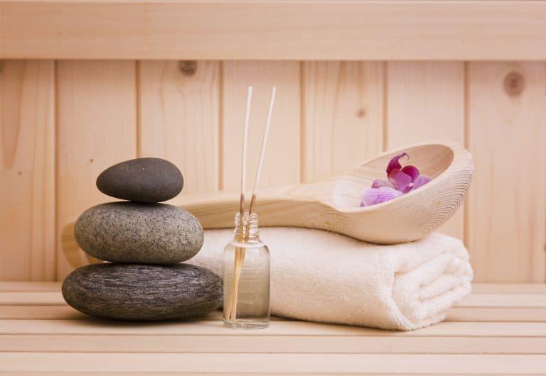 Zen-Steine, Saunalöffel, Handtuch und ätherisches Öl