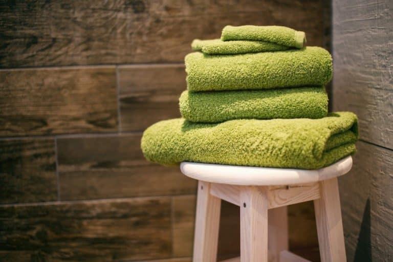 Handtücher auf Hocker