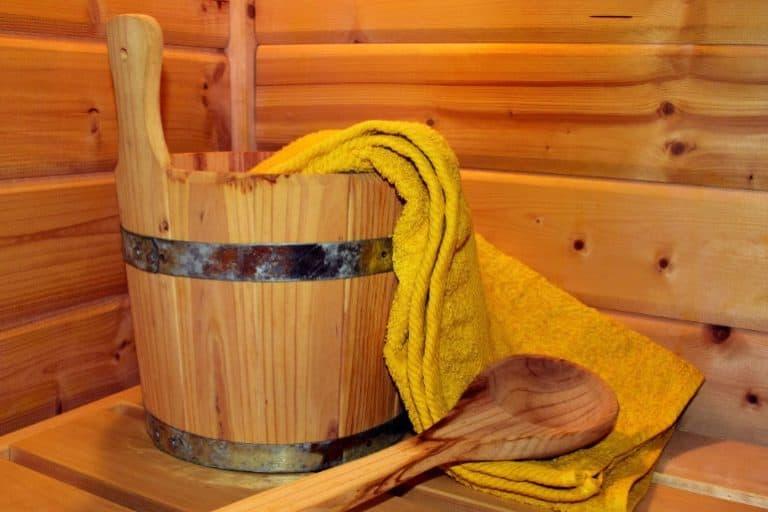Gelbes Handtuch in Holzeimer in Sauna